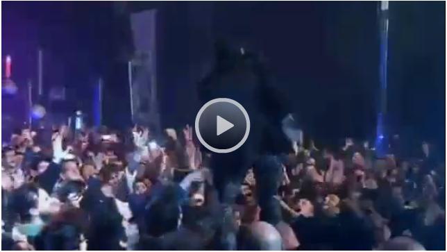 Libero TV - Morgan si lancia dal palco, il pubblico si scansa - morgan, concerto, pubblico, incidente